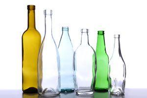 Ilustración de Reutilizando botellas con muchos fines