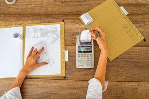 Ilustración de Organiza tus gastos y ahorros con folios