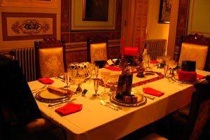 Ilustración de C&oacutemo organizar una cena de navidad: horario, men&uacute, invitados y decoraci&oacuten