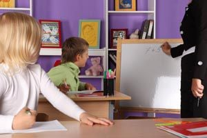 Ilustración de Cómo enseñar a los hijos a tratar a los demás con respeto y buenos modales