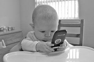 Ilustración de Peligros potenciales de darle el móvil a tu bebé para jugar