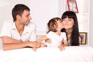 Ilustración de El papa de tus hijos tiene nueva novia: cómo cambia la relación con los niños