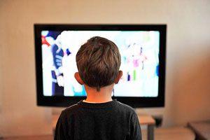 Ilustración de La televisión y los niños, ¿qué hacer para que no se absorba?