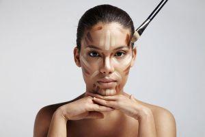 Mujer probando productos para contornear la cara