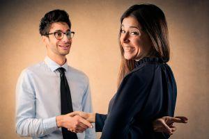 Mujer y hombre, amigos con sonrisas falsas