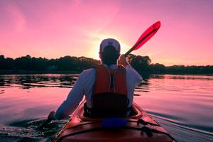 Ilustración de Cómo adquirir una tabla de paddle surf o el kayak ideal para las vacaciones