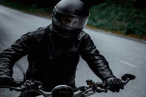Ilustración de ¿Cómo escoger la chaqueta de moto más adecuada para el verano?